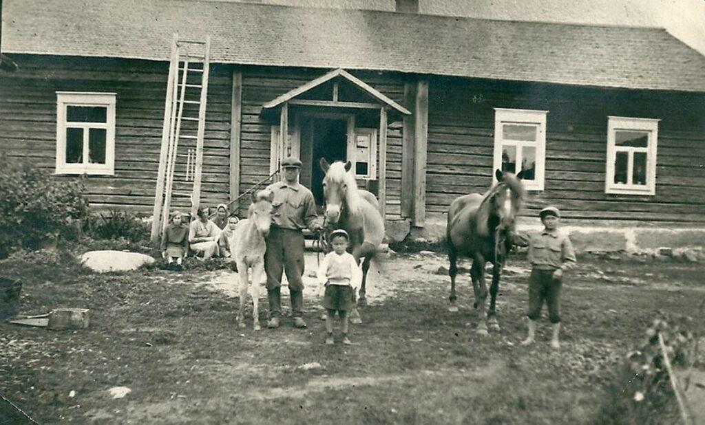 Tässä Rantalan päärakennus 1930-luvulla Mikkelin maalaiskunnassa. Hevosmiehenä Otto Rikhard, s. 5.12.1907 ja -poikana Eino Liikanen s. 11.1.1925. Lapsi on Esko Marttinen.  Talo on edelleen olemassa, mutta se on kokenut suuria muutoksia. Kuvan omistaa Raimo Liikanen.