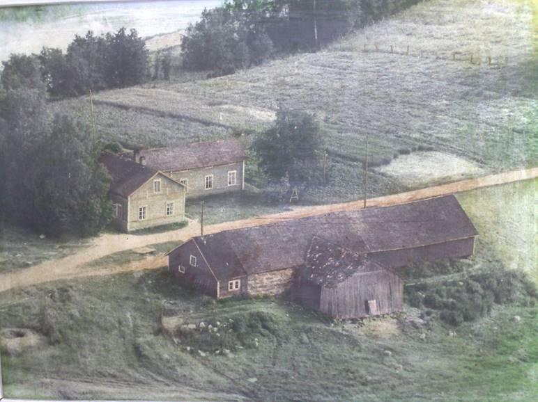 Reisjärven Kumpula. Tähän taloon tuli 1908 vävyksi Otto Liikanen s. 3.12.1881. Ulkorakennus on uudempi. Rakennukset purettiin 1970-luvulla uusien rakennusten tieltä. Kuva on otettu ilmakuvasta, joka oli uudisrakennuksessa Oton pojanpojan lesken seinällä. Kuva Harri Liikanen.