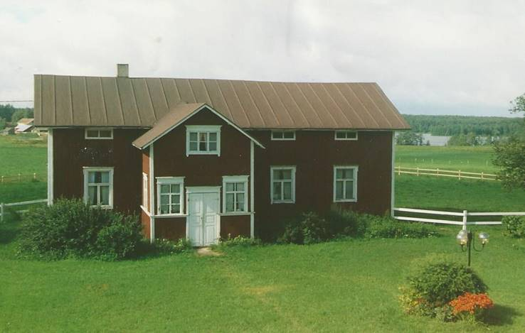 Alatalo Reisjärvellä kuvattuna 2001. Ei ole enää asuinkäytössä. Tähän taloon tuli Hilma Liikanen Mikkelin mlk:sta miniäksi 1916, kun hän avioitui Heikki Pesolan kanssa. Kuva Harri Liikanen  Talon omistaa Heikin pojanpoika Sakari Pesola.
