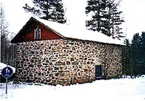 Anttolan keskustassa oleva kivinen viljamakasiini, jonka Antti Liikanen (s. 1828) Ristiinan sukuhaarasta rakensi. Työ tehtiin 680 markalla. Makasiini valmistui vuonna 1876. Antti rakensi myös Juvan hautausmaan aidat. Kuva Pirkko Liikanen