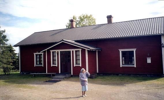 On myös todettava, että ennen vuokrasopimuksen solmimista talossa oli asunut 1859-1864 jo Hermanin sisar Maria Kustaava miehensä Iitin pohjoisen piirin nimismiehen Jakob Johan Holmbergin kanssa. Ilmeisesti talo oli annettu nimismiehen käyttöön. Kruununpuustelli säilyi Liikasille vuokrattuna vuoteen 1935, jolloin se siirtyi Liikasten omistukseen.