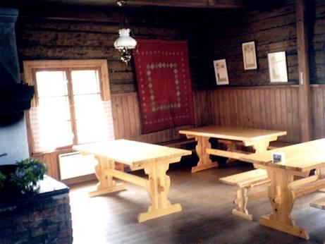 Päärakennus kunnostettuna. Kuvassa yksi myyjistä, Anna-Liisa Liikanen. Sisäkuva päärakennuksesta.
