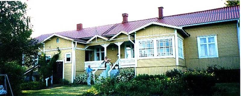 Kauppias Antti Liikasen (1887-1923) talo Jaalassa. Kuvassa Martti Tulokas, Anna-Liisa Liikanen (s. 1917), Antin tytär ja Kirsti Liikanen kesällä 2002. Antin kauppa sijaitsi aikoinaan samassa talossa kadun puolella.